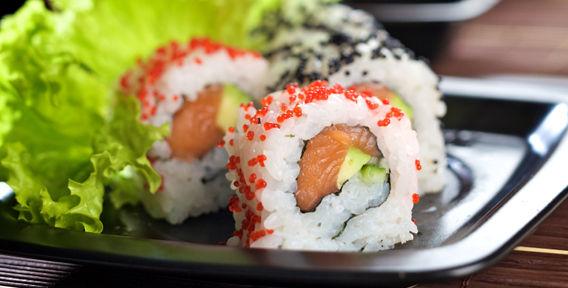 Как верно есть роллы и суши